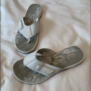 Clarks white comfort flip flops